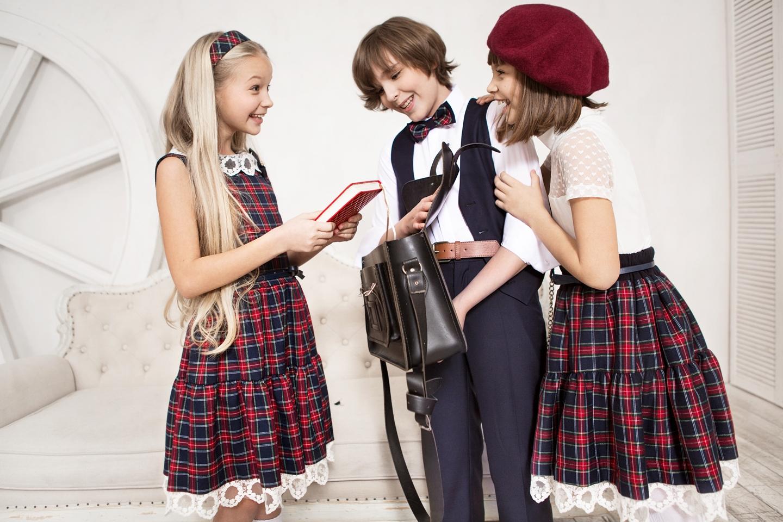 d6f265b51845 Популярным цветом для школьников в этом году станет  классический чёрный,  белый, шоколадный, прохладно-синий, оттенок бургунди, бордовый и  максимально ...